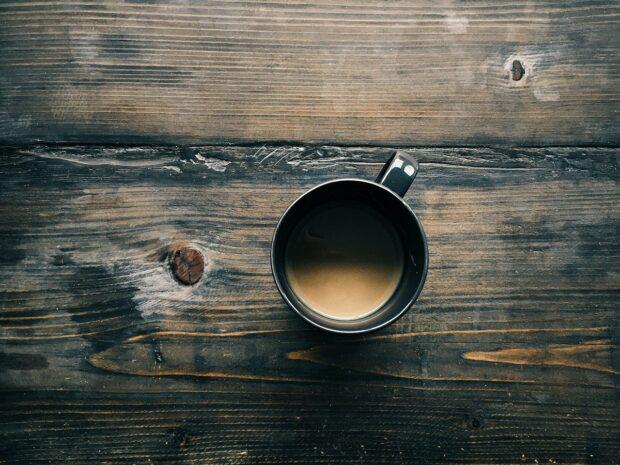 Kaffee und Tisch